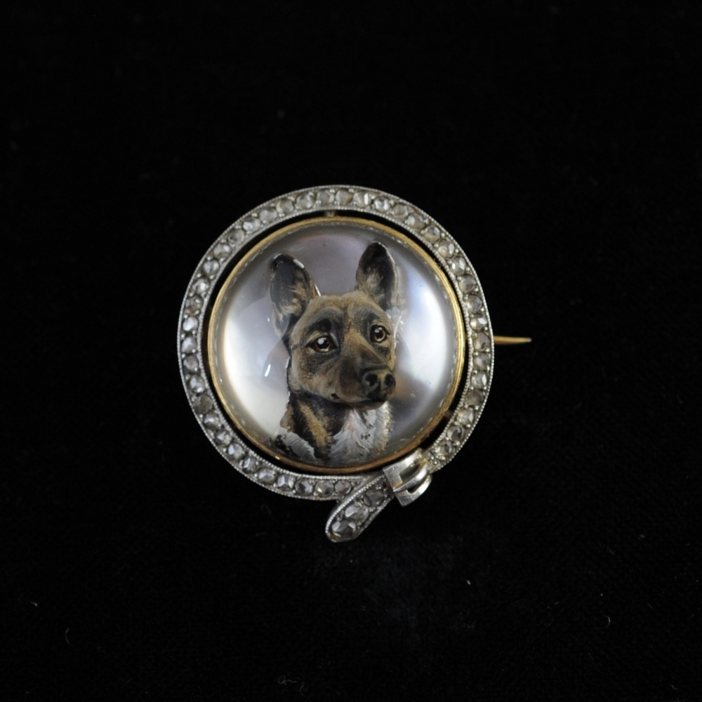 Rock crystal brooch with a gorci dog (Essex crystal)