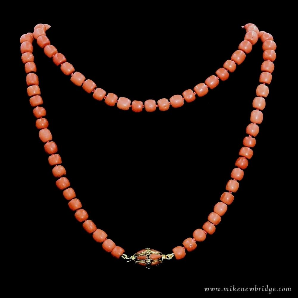 Collier van antieke bloedkoralen
