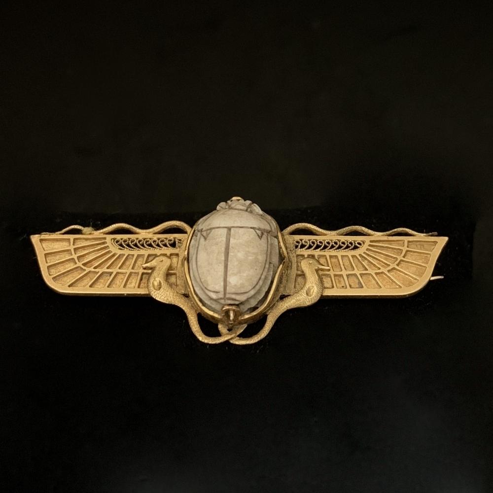 Gevleugelde broche met scarabee