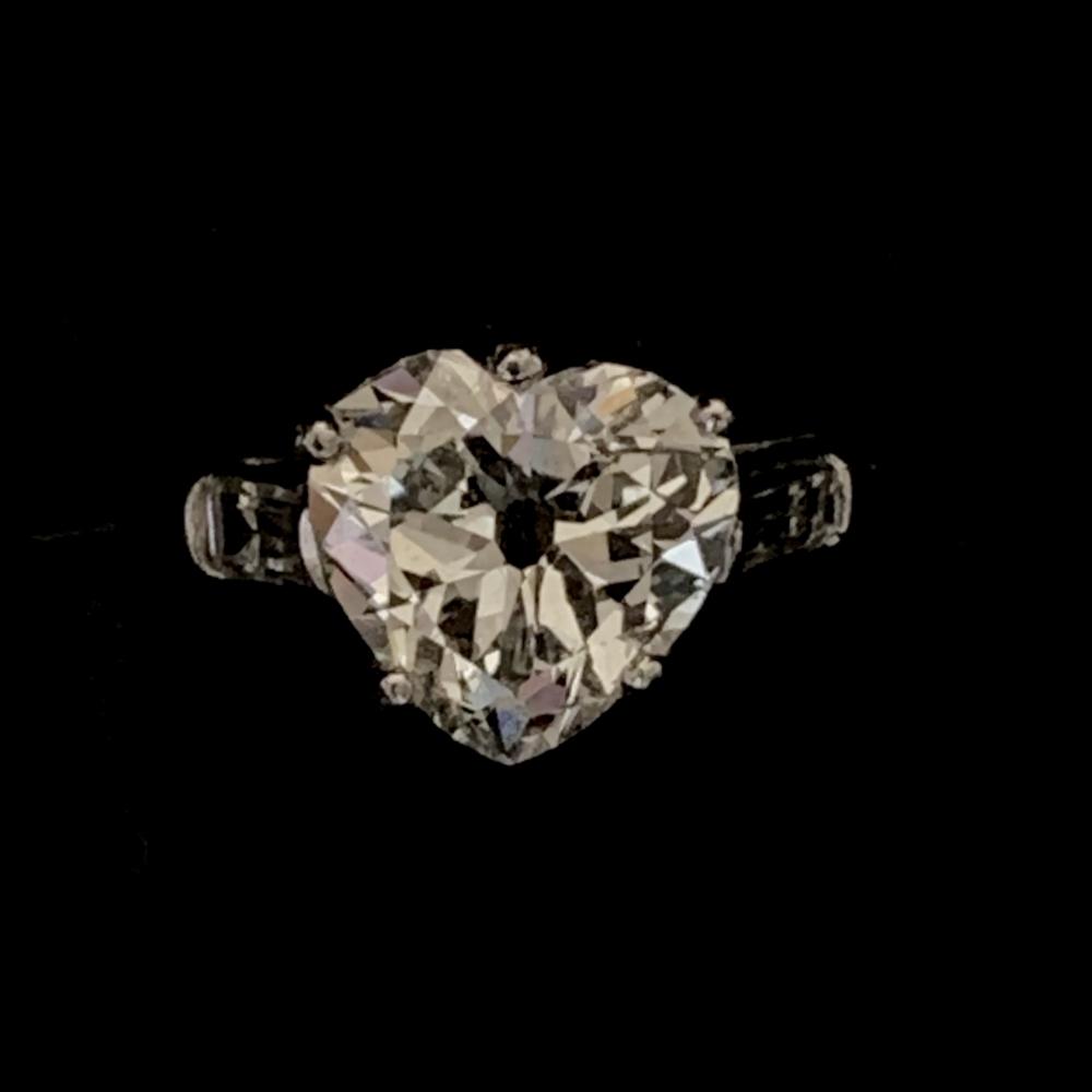 RIng met hartvormig geslepen diamant