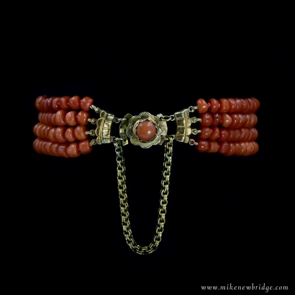 Armband met vier rijen bloedkoraal
