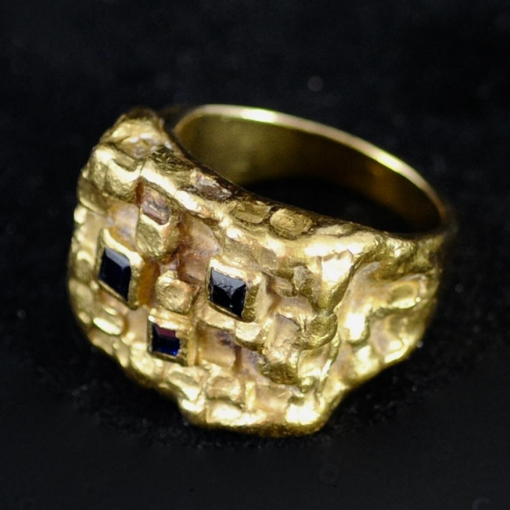 Gebeeldhouwde ring