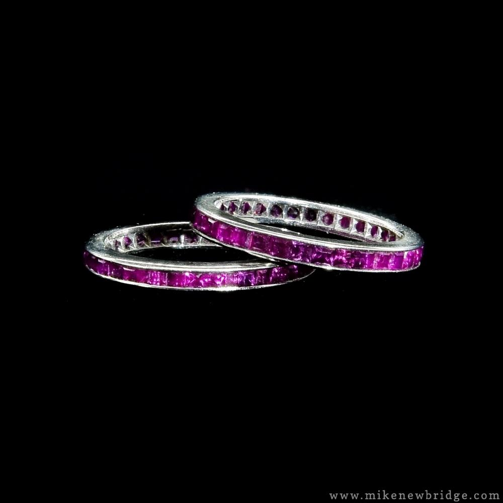 Een stel Alliance ringen met robijnen
