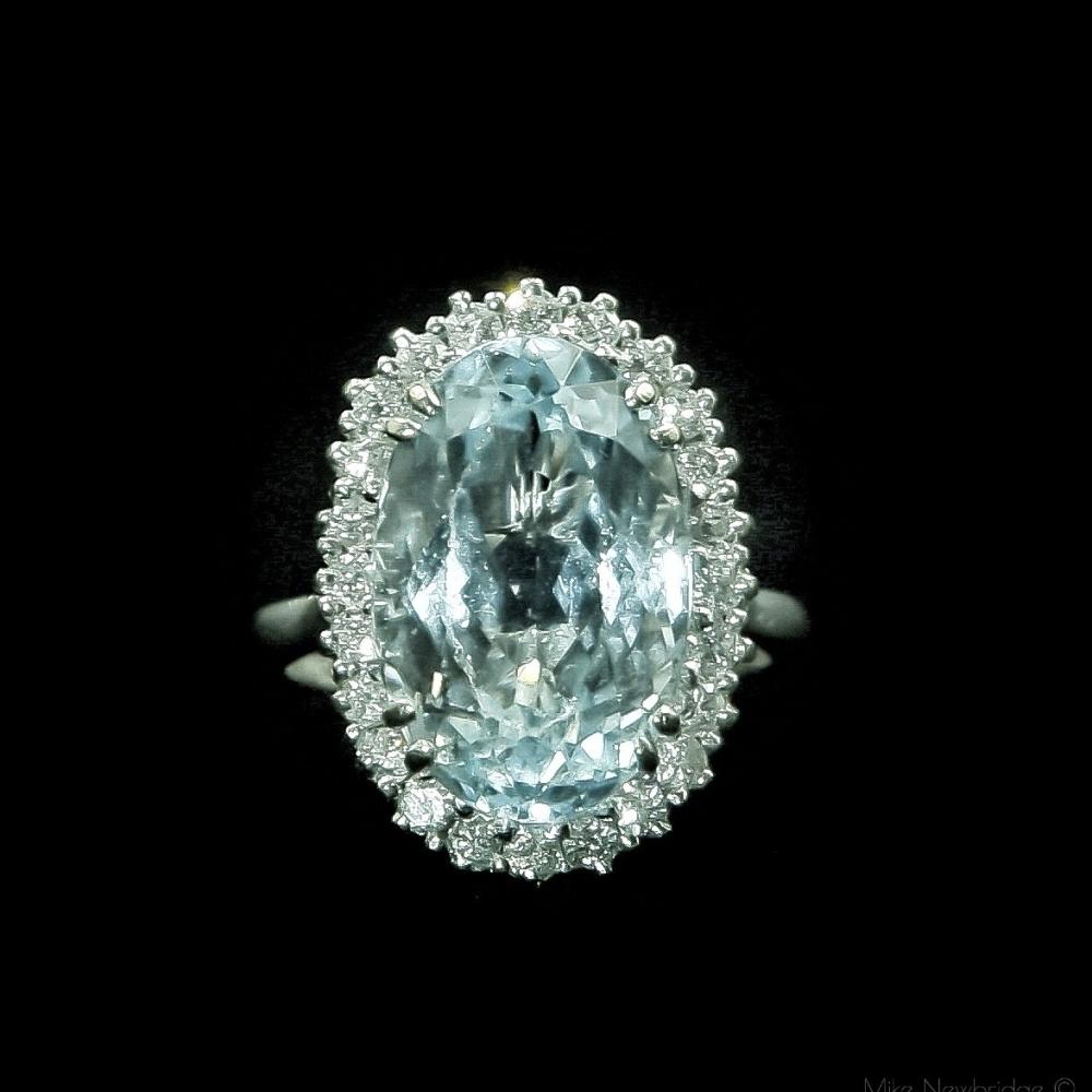 Ring met ovale aquamarijn en diamanten.