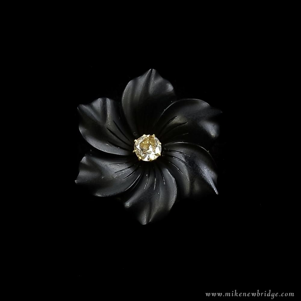 Onyx bloembroche