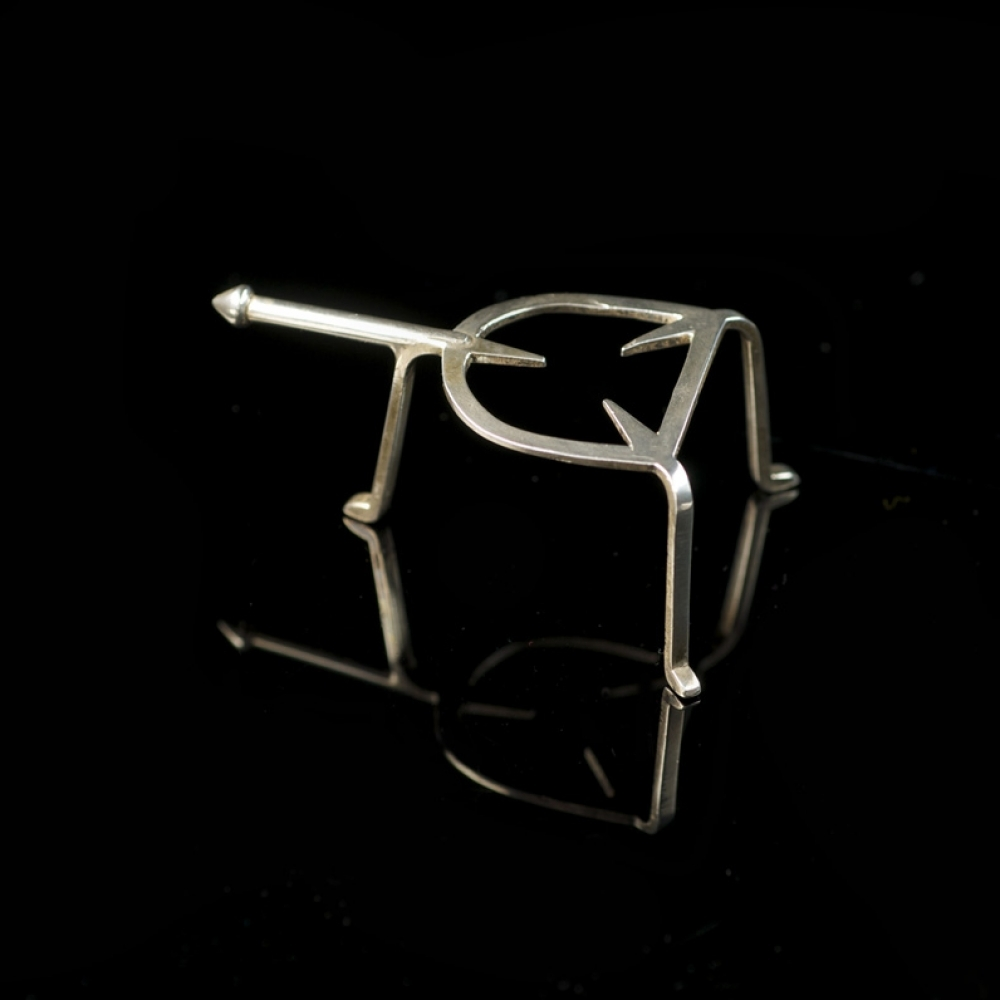 miniatuur zilveren treeft op drie poten