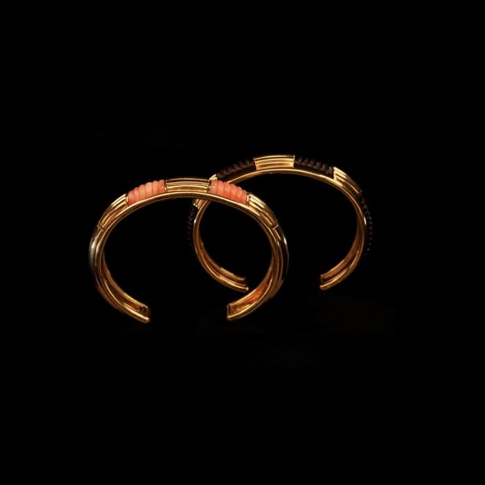Een paar gouden armbanden