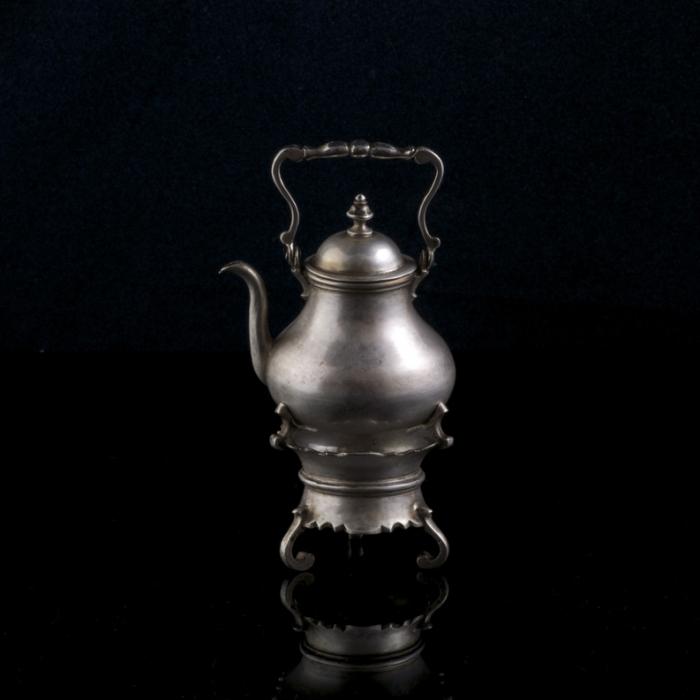 miniatuur zilveren bouilloir op komfoor
