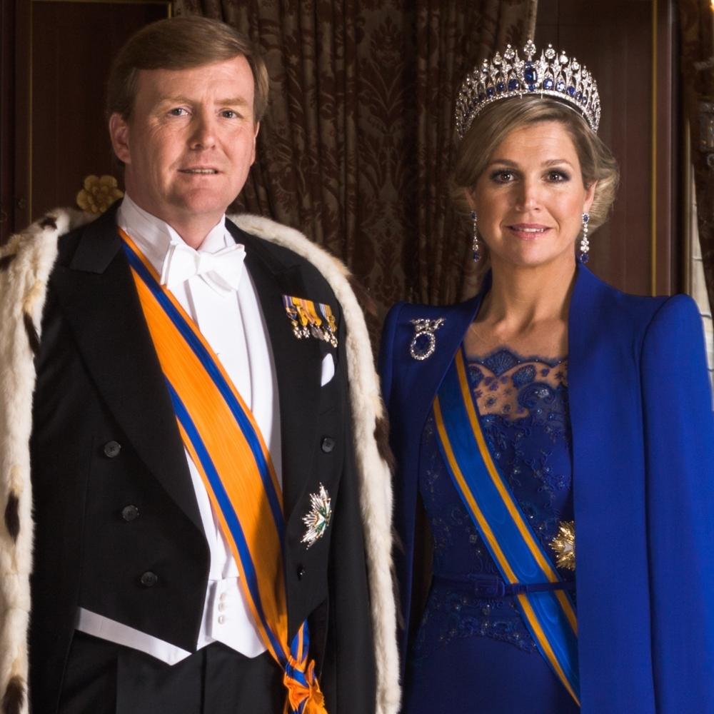 Koning Willem-Alexander en koningin Máxima op de dag van de inhuldiging. Koningin Máxima's diadeem is zeer waarschijnlijk gemaakt door Maison van der Stichel.