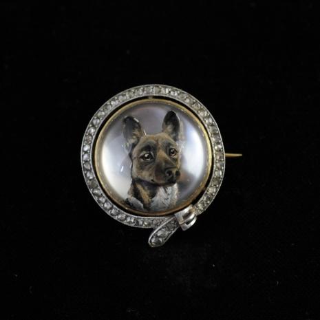 Rock crystal brooch with a gorci dog (Essex crystal)