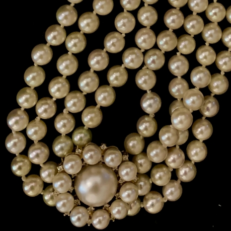 Pearl necklace with round closure
