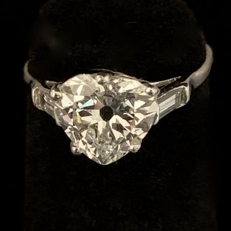 Ring with hartshape diamond