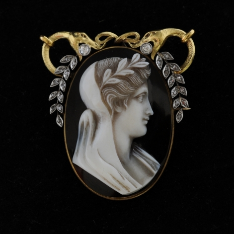 Brooch with agate cameo and diamonds