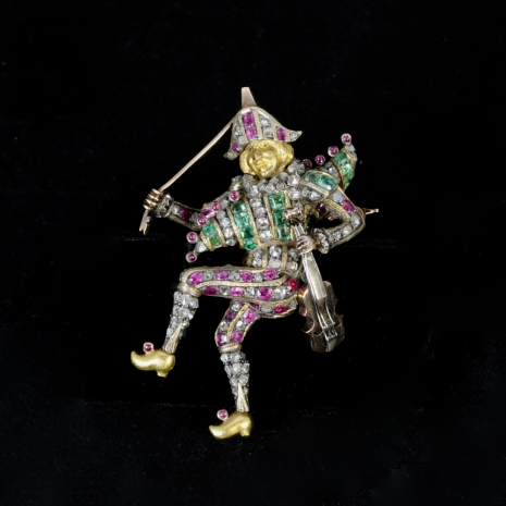 Harlequin brooch with movable bow