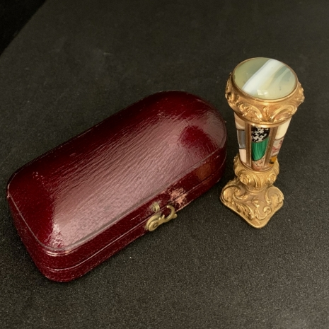 Gold seal with agate
